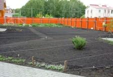 Подготовленная почва для устройства газона